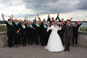 Chor Gruppenfoto Hochzeitspaar